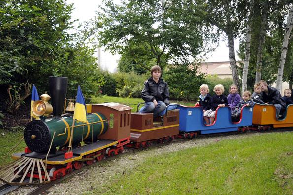 Eisenbahnfreunde aufgepasst: Der Parkexpress ist eine Minibahn zum Mitfahren,das Miniaturland in Treuchtlingen ist ein Muss für Modelleisenbahnfans. (Foto: djd)
