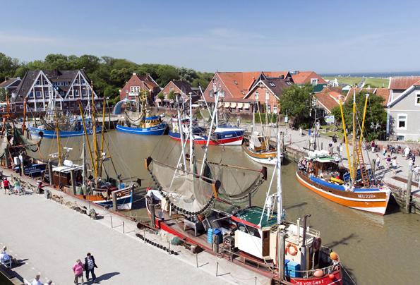 """Die """"gute Stube"""" von Neuharlingersiel: Der idyllische Hafen mit seiner Kutterflotte. (Foto: djd)"""