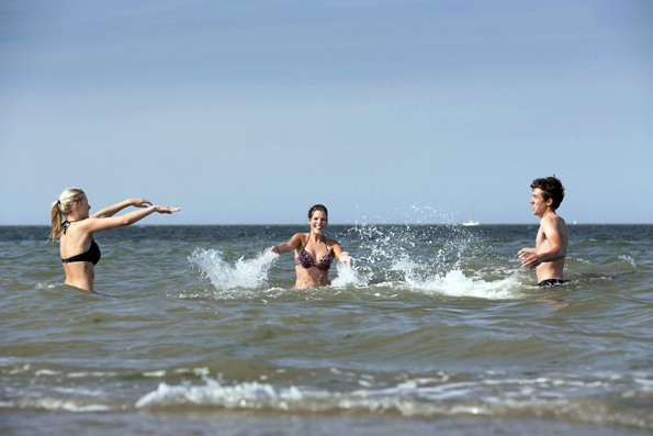 Ein erfrischendes Bad in der Nordsee gehört zum Urlaub an der Küste einfach dazu. (Foto: djd)