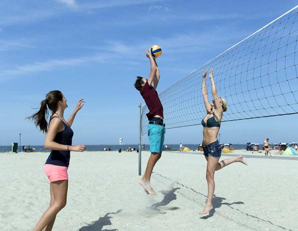 Auf der Funny-Beach-Anlage locken viele Sportangebote wie zum Beispiel Beachvolleyball. (Foto: djd)