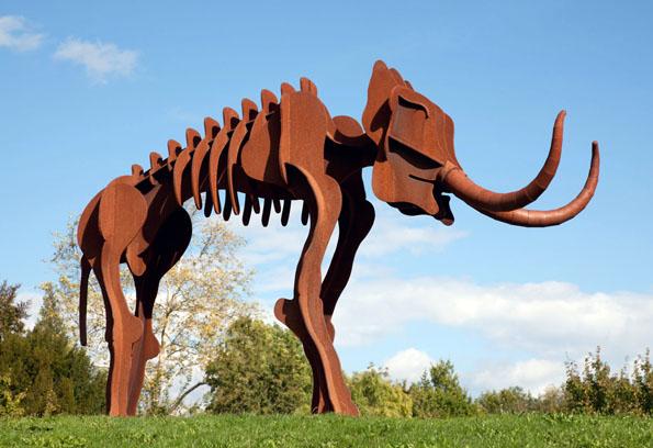 """""""Steppi"""", die vier Meter hohe Stahlskulptur, ist das Wahrzeichen Steinheims. Das Urmenschmuseum in Steinheim an der Murr beherbergt nämlich nicht nur den Schädel des Steinheimer Urmenschen, sondern auch das Skelett eines Steppenelefanten. (Foto: djd)"""
