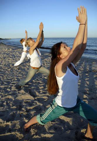 Auftanken: Yoga bei Sonnenaufgang, direkt am Strand - das ist Wellness pur. (Foto: djd)