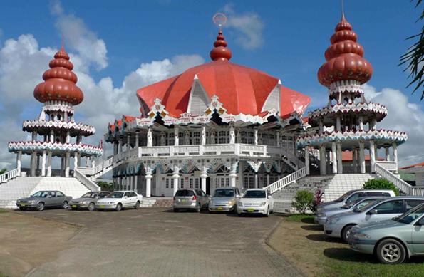 Das südamerikanische Suriname - hier der Arya Dewaker Tempel - gehört für die meisten Deutschen zu den weißen Flecken auf der touristischen Landkarte. (Foto Freek L. Bakker)