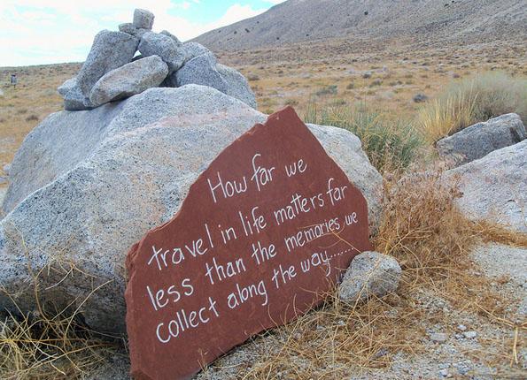 An der Guru Road in der Black Rock Wüste finden sich zahlreiche, mit Inschriften versehene Felsbrocken.