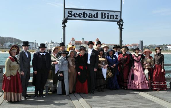 """Anfang Mai schlüpfen in Binz die Mitglieder der """"historischen Gesellschaft"""" in Kostüme aus der Zeit der Sommerfrische."""