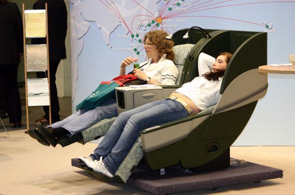 Im Rahmen der Messe können auch die Sitze verschiedener Airlines getestet werden. (Foto: Karsten-Thilo Raab)