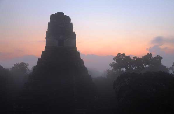 Entlang des MayaTreks liegen Sehenswürdigkeiten wie der Temple El Gran Jaguar im Tikal Nationalpark.