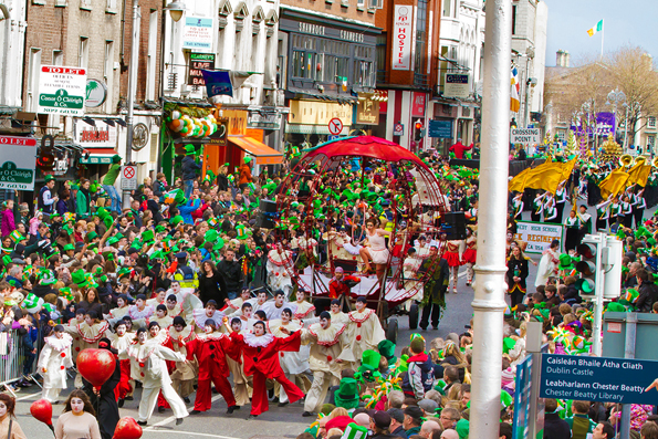 Bis zu 500.000 Menschen säumen Dublins Straßen bei der traditionellen St. Patrick's Parade.