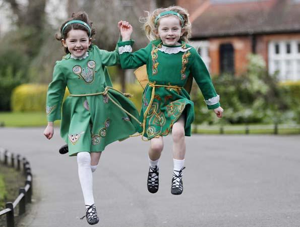 Tanzend - wie hier zwei junge Irinnen beim St. Patrick's Festival Céilí - begehen Iren weltweitd en Todestag des heiligen Patrick.