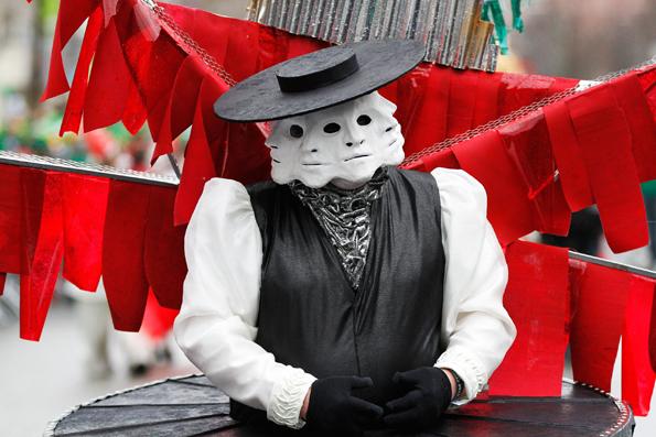 Mit den phantsievollen Kostümen erinnern die Teilnehmer der St. Patrick's Parade ein wenig an die Karnevalisten in Deutschland.