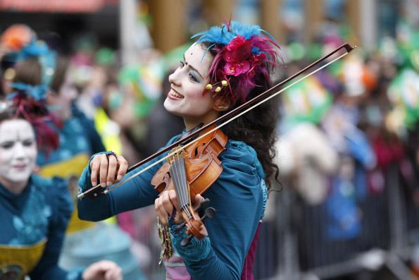Nicht nur Marschmusik ist bei der St. Patrick's Parade in Dublin zu hören.