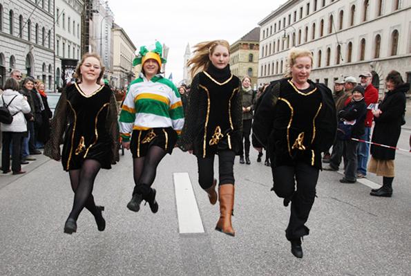 Eine Nummer kleiner, aber ebenso fröhlich präsentiert sich die St. Patrick's Parade in München.