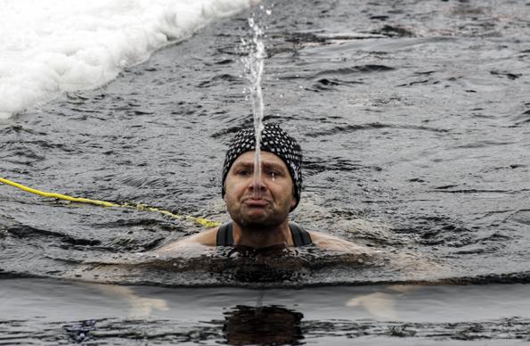 Nur die wenigsten vermögen das Winterbaden so wie dieser Schwimmer in vollen Zügen zu genießen. (Foto: Olaf Schneider)