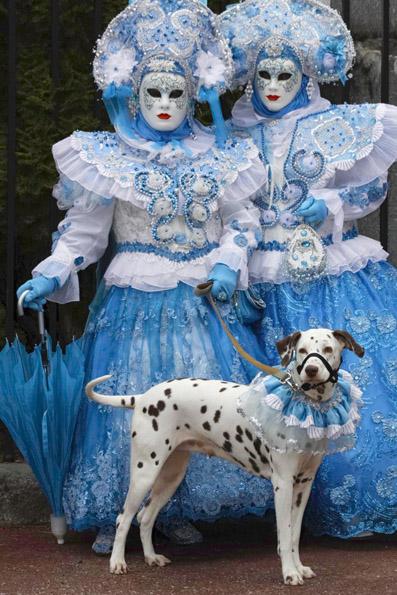 Beim Karneval in Remiremont stimmt alles - sogar die Verkleidung für den Hund. (Foto: Udo Haafke)