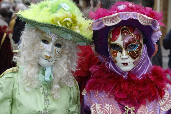 Stilvoll und geheimnisvoll muten die Verkleidungen beim Karneval in  Remiremont an. (Foto: Udo Haafke)