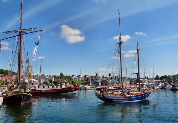 Maritimes Flair an der Kieler Förde: Im Yachthafen von Laboe machen Segler gerne Station. (Foto: djd)
