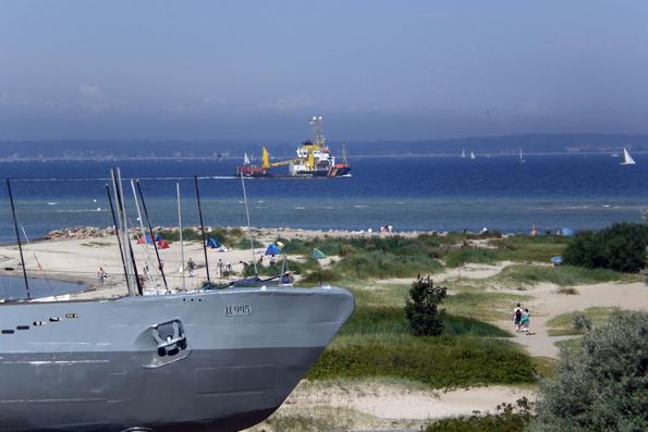 """Direkt angrenzend an die Dünenlandschaft wartet das U-Boot """"U-995"""" auf Besucher. (Foto: djd)"""