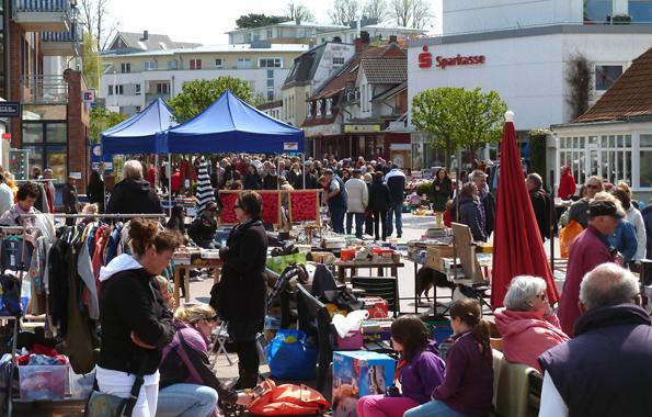 Bei Festen und Flohmärkten ist den ganzen Sommer hindurch für Abwechslung in Laboe gesorgt. (Foto: djd)
