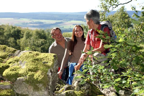 Der 218 Kilometer lange Saar-Hunsrück-Steig zwischen Idar-Oberstein, Trier und Obermosel ist ein Weg der Entschleunigung und führt Wanderer auf weiten Passagen durch eine stille, unberührte Natur. (Foto: djd)