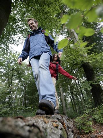 """Der größte Teil der Passagen des Saar-Hunsrück-Steigs und auch der """"Traumschleifen Saar-Hunsrück"""" verläuft auf Naturwegen. (Foto: djd)"""