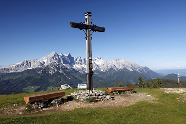 Vom Aussichtsberg Roßbrand aus bietet sich einen faszinierender Blick über die Alpen. (Foto: djd)