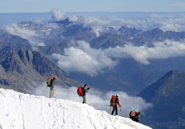 Alpinisten und Bergsteiger, die den Mount Everest erklimmen wollen, sollen künftig bis zu acht Kilo Müll wieder mit runter bringen.