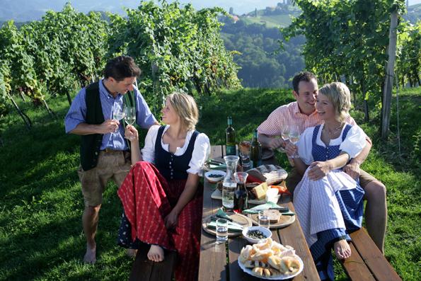 Bildunterschrift: Schon seit 230 Jahren bietet der Buschenschank in der Steiermark traditionelle Köstlichkeiten in Verbindung mit geselliger Gemütlichkeit. (Foto: Harry Schiffer)