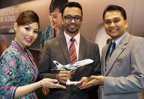 avid Raj, zuständiger Malaysia Airlines Manager für Deutschland und die Schweiz, mit zwei Crewmitgliedern von Malaysia Airlines. (Foto: Karsten-Thilo Raab)
