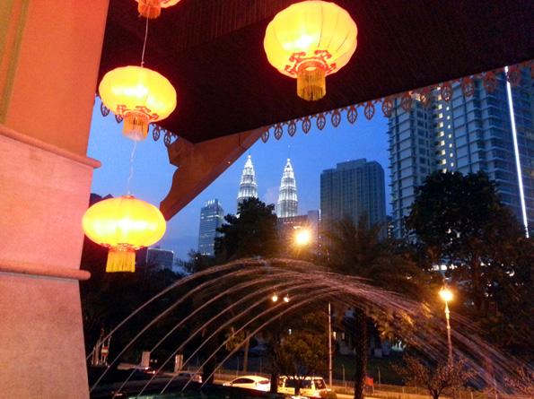 Überall im Stadtgebiet von Kuala Lumpur fällt der Blick auf das Wahrzeichen, die Petronas Twin Towers. (Foto: Karsten-Thilo Raab)