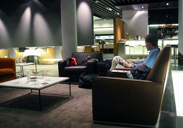 Wer Erster Klasse fliegt genießt schon vor dem Flug in der Lounge erstklassigen Service.