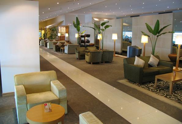Lädt zum entspannten Warten ein: Die Lounge von Malaysia Airlines.