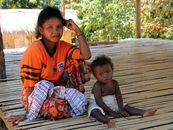 Orang Asli Frau mit Kind im Dorf Kampung Chuweh im Royal Belum Regenwald. (Foto: Karsten-Thilo Raab)