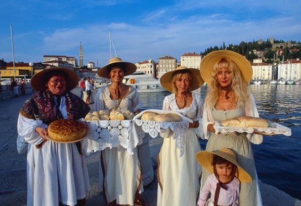 Die slowenische Adriaküste wartet - wie hier in Piran - im Rahmen zahlreichen Festivals mit kulinarischen Genüssen auf.