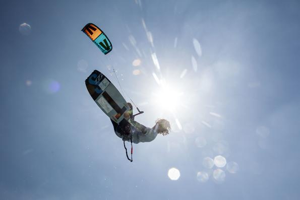 Als Herren der Lüfte erweisen sich die Kitesurfer beim Weltcup am Roten Meer. (Foto: Jürgen Tap)