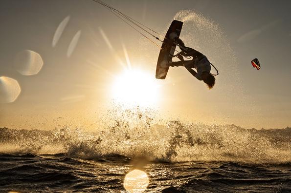 Die weltbesten Kitesurfer fliegen im wahrsten Sinne des Wortes auf Ägypften. (Foto: Jürgen Tap)