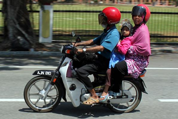 Drei und vier Personen kutschieren auf Motorrädern durch Kuala Lumpur. (Foto: Karsten-Thilo Raab)