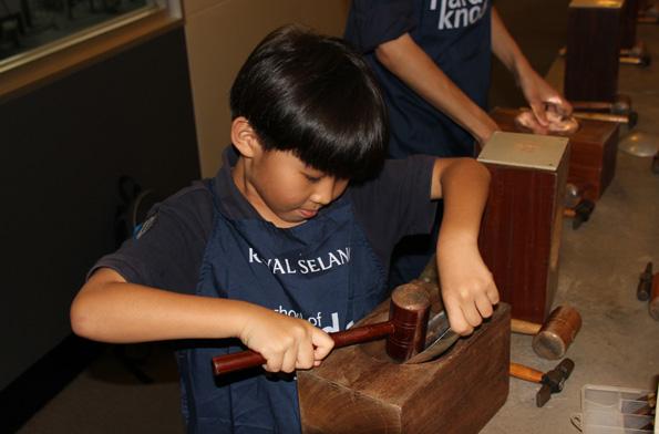 In der Zinnfabrik von Royal Selangor können Besucher selber ihre Souvenirs fertigen. (Foto Karsten-Thilo Raab)
