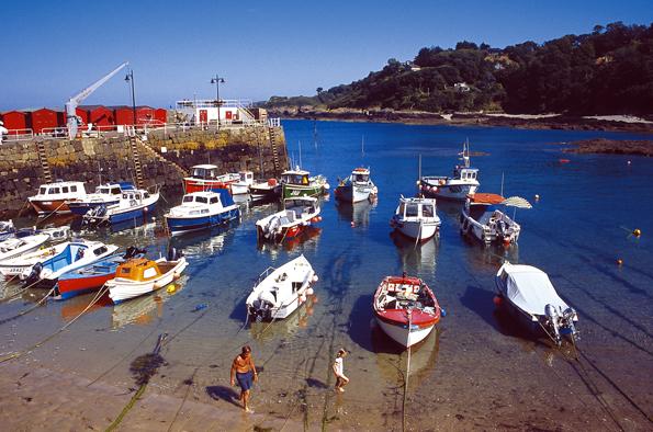 Verträumt dümplen einige Boote im kleinen Rozel Harbour umher.