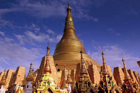 Prächtige Tempelanlagen wie Shwedagon-Pagode in Yangon prägen das Bild Myanmars.