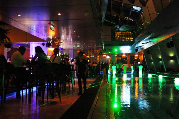 Die Skybar in der 33. Etage des Traders Hotels gehört zu den angesagten Bars in Kl. (Foto: Karsten-Thilo Raab)