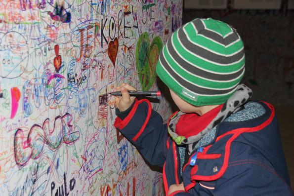 Besucher im Panometer werden aufgefordert, mit Stift auf eine Wand zu schreiben, was Freiheit und Frieden ihnen bedeuten. (Foto: Karsten-Thilo Raab)