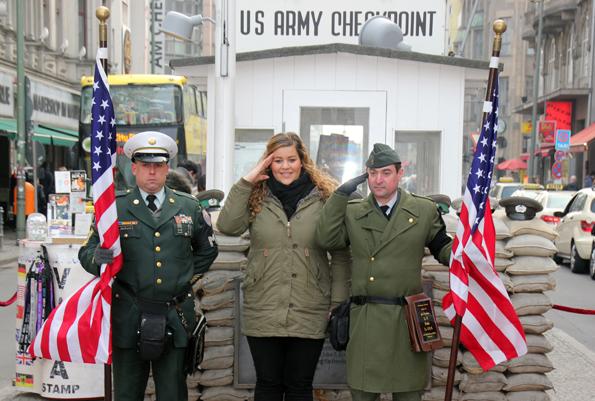 Nur einen Steinwurf vom Panometer posieren sich Uniformierte am Checkpoint Charlie für Erinnerungsfotos. (Foto: Karsten-Thilo Raab)