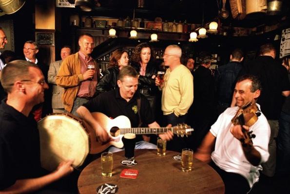Die keltischen Musikvölker aus Irland, Großbritannien, Cornwall, der Isle of Man, Schottland und Wales bespielen beim  Pan Celtic Festival die Großbühnen Londonderrys.