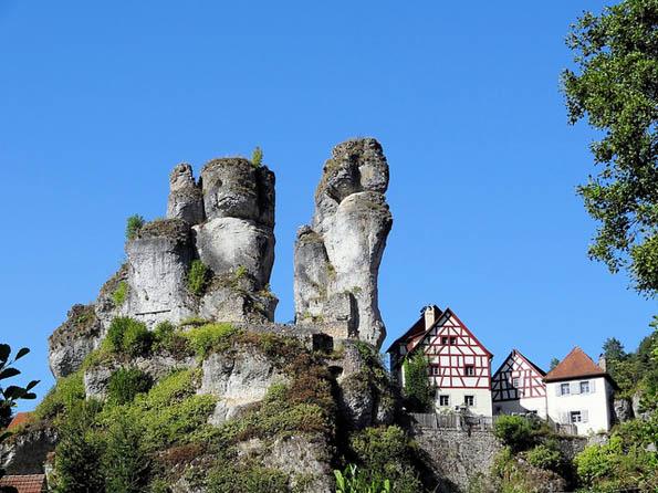 Bizarre Gesteinsformationen fallen  im Naturpark Fränkische Schweiz - Veldensteiner Forst ins Auge.