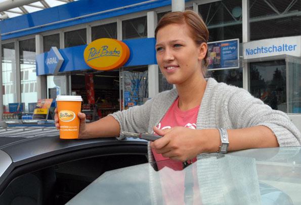 """Eine frisch gebrühte Kaffeespezialität als """"Coffee to go"""" zum Mitnehmen spendet neue Kräfte für längere Autofahrten.(Foto: djd)"""