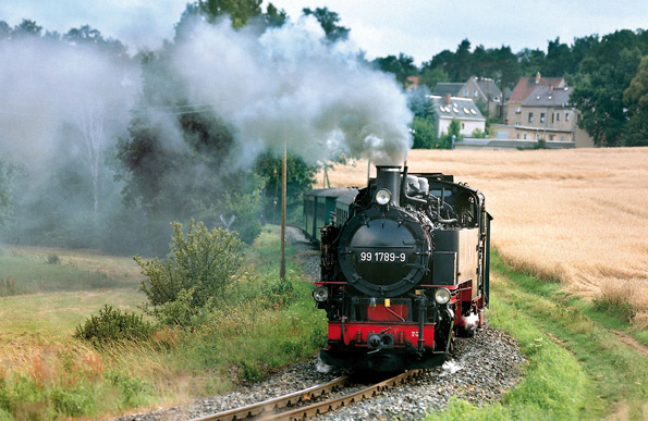 Bereits seit 1884 verkehrt die dampfbetriebene Lößnitzgrundbahn zwischen Radebeul und dem rund 16 Kilometer entfernten Radeburg und gibt Gelegenheit, die schöne Landschaft in aller Ruhe zu genießen. (Foto: djd)