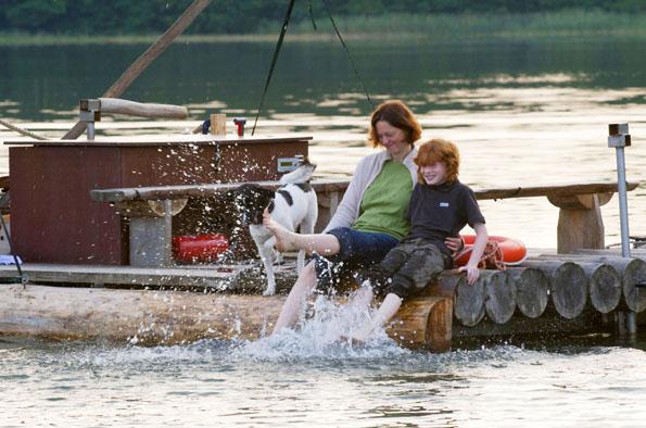 Ahoi! Eine Floßfahrt gehört in der Uckermark zum Pflichtprogramm. (Foto: Klaus-Peter Kappest)