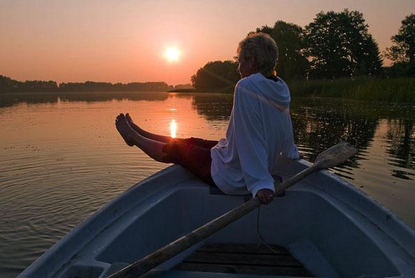 Den Sonnenuntergang - wie hier am Naugartener See - vom Boot aus genießen - auch für solch stille Momente ist im Familienurlaub Zeit. (Foto: Klaus-Peter Kappest)