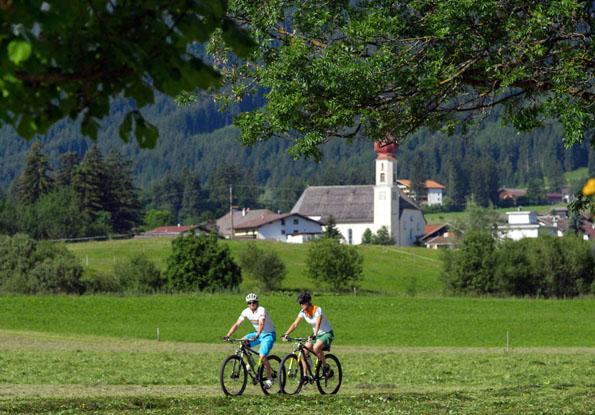 Ob mit dem Rad oder zu Fuß: Vor allem in den Sommermonaten lädt die Idylle der Naturparkregion Reutte zu ausgiebigen Erkundungstouren ein. (Foto:Robert Eder)