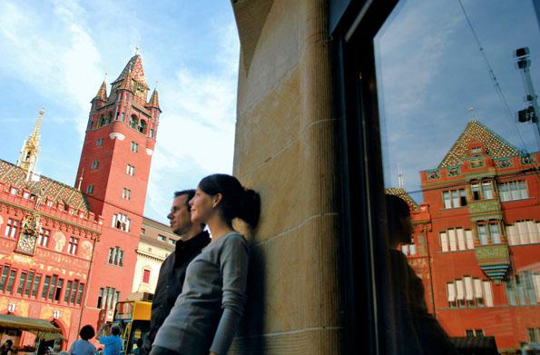 Das reich verzierte Rathaus aus rotem Sandstein gehört zu den Wahrzeichen Basels. (Foto: Armin Smailovic)